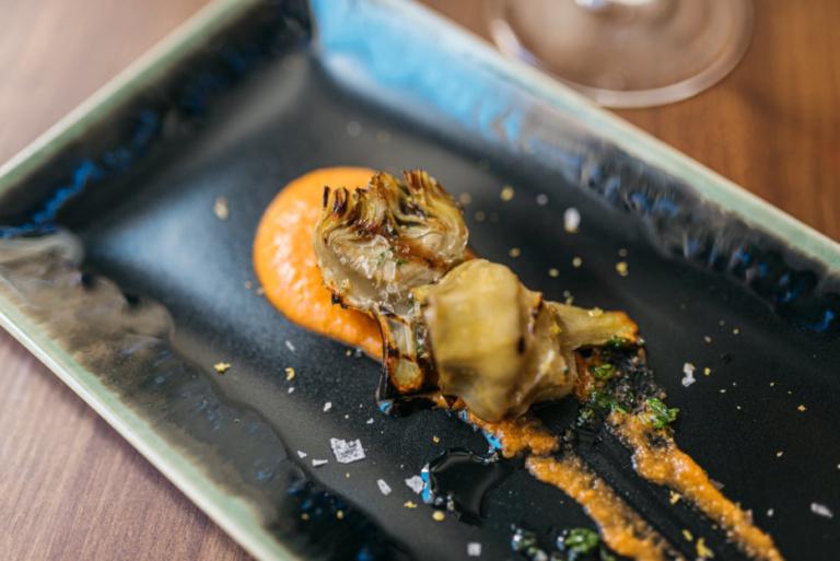 Alcachofa a la parrilla con salsa romescu